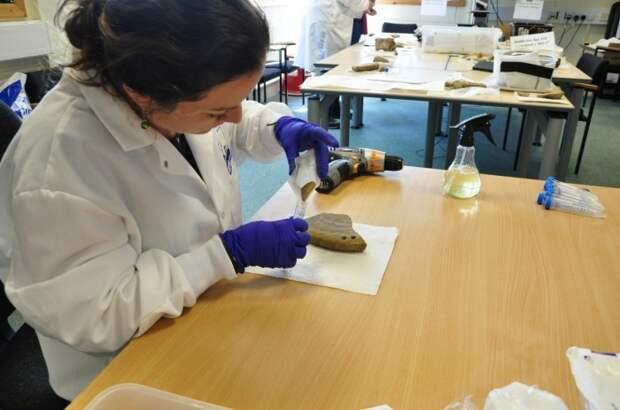Бренна создаёт образец из артефакта китового уса найденного в Кэрнсе. \ Фото: archaeologyorkney.com.