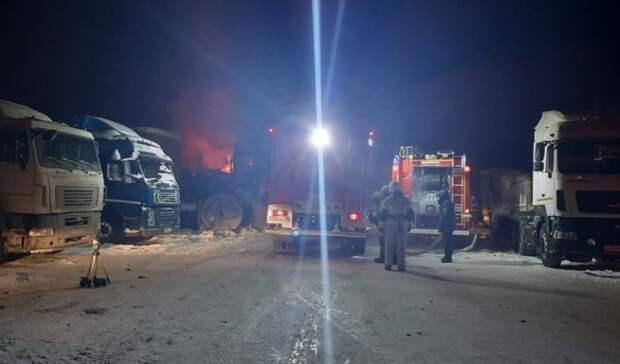 Тушили всю ночь: вЕкатеринбурге загорелся склад совторсырьем