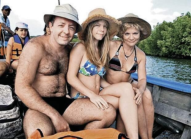 Наталья со вторым мужем Сергеем Амбиндером и старшей дочкой Алесей. Фото: Соцсети