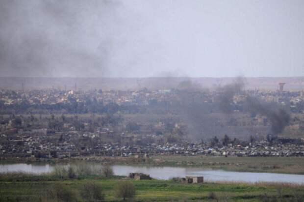 Дым над районом города Аль-Багхуз провинции Дейр-эз-Зор, Сирия, 20 марта 2019 года. REUTERS/Rodi Said