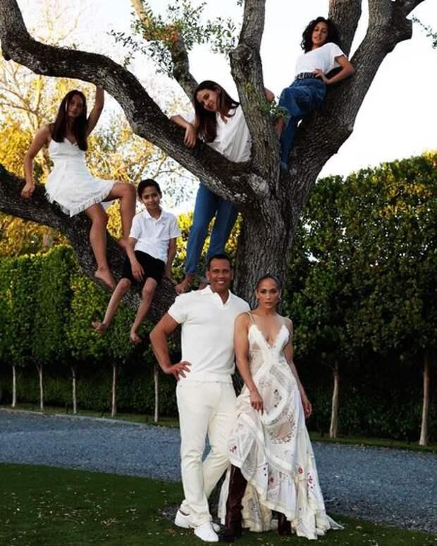 Попытка вернуть Джей Ло: в сети обсуждают новое фото Алекса Родригеса с дочерьми