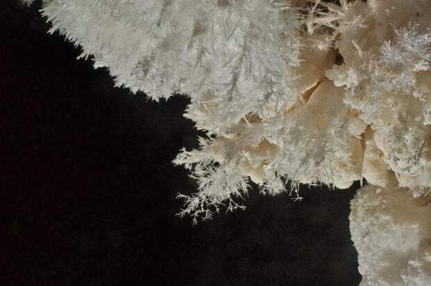 Арагонитовые кристаллы — это твёрдая разновидность кальцита. Он образуется при достаточно низких температурах, чаще всего под землёй — в пещерах, рудных месторождениях, в холодных источниках.