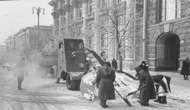 Уборка добровольцами снега на около гостиницы Националь.