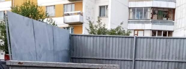 С бункерной площадки во дворе на Новомарьинской вывезли горы мусора