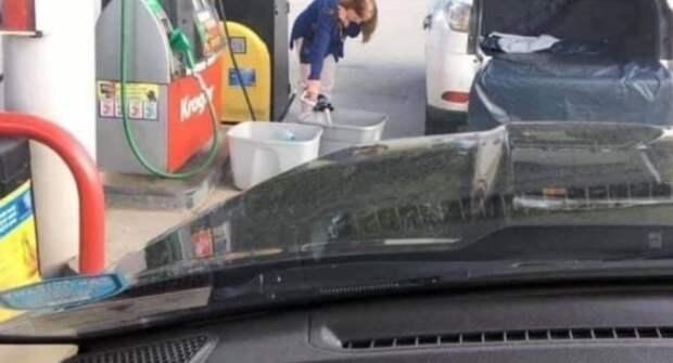 Американцы начали заливать бензин в пакеты и тазики