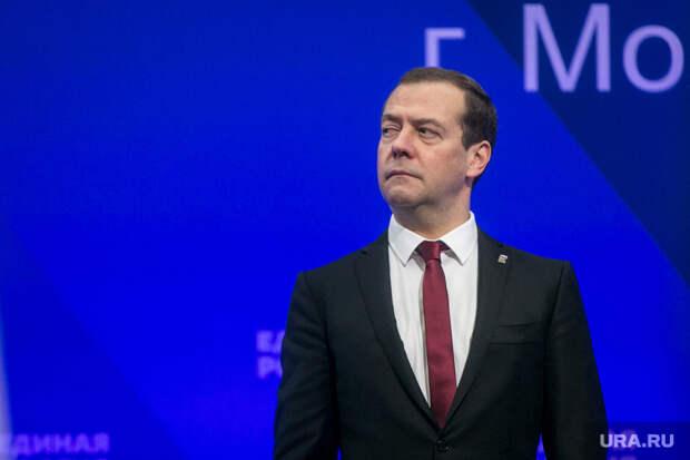 Медведев написал статью о будущем российской экономики. «Нас ждет мощная гравитация»