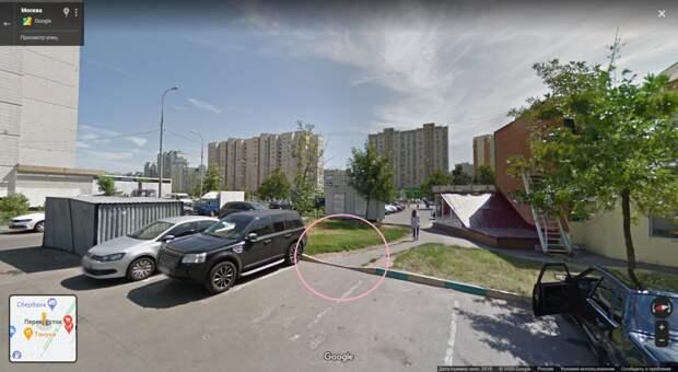 Молодая мать выступила за установку парковочных столбиков на Привольной