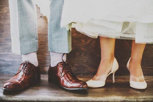 Мужская и женская обувь, сдавливающая пальцы и уменьшающая площадь опоры