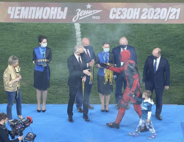 Дзюба вышел на вручение медалей чемпионата России в костюме Дэдпула