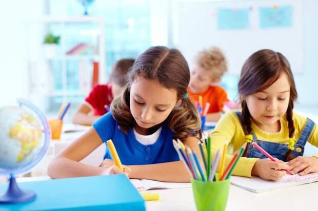 Школьники на занятиях/Фотобанк