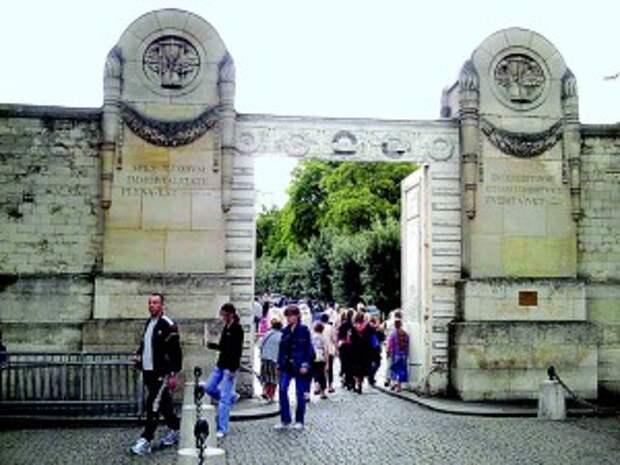 Вход на кладбище Пер-Лашез