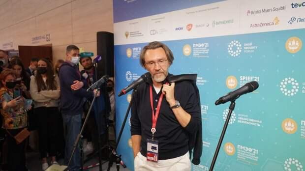 Певец Сергей Шнуров в спешке покинул вечеринку на ПМЭФ из-за родов жены