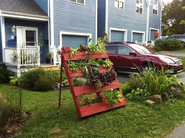 Вертикальная грядка из поддонов станет настоящим приобретением для вашего садового участка.