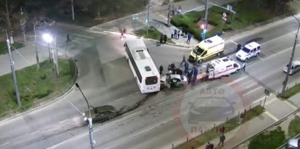 Легковушка на большой скорости влетела в автобус в Севастополе