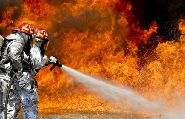 В Москве два человека погибли во время пожара на складе