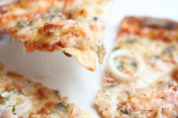 Пицца с изюмом и креветками