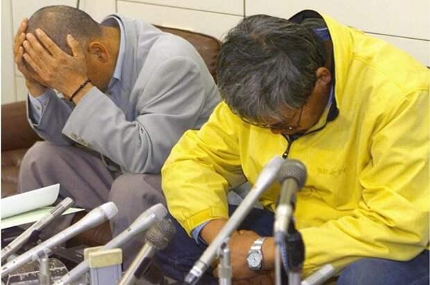 На пресс-конференции лжеученый (справа, в желтой куртке) сидел, опустив голову, и стыдился посмотреть в глаза журналистам.
