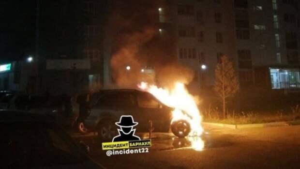 В Барнауле во дворе жилого дома сгорела иномарка