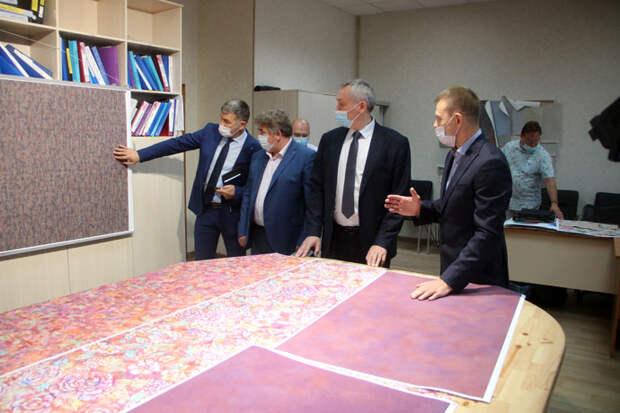 Новую линию по производству обоев открыл губернатор Андрей Травников в Бердске