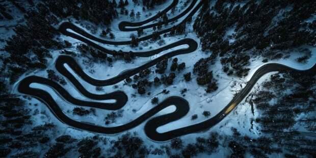 Извилистая дорога в Швейцарии известна как перевал Малойя. Фотограф: Стефан Талер.