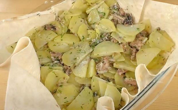 Рыбный пирог из лаваша: просто заворачиваем внутрь консервы с картошкой и ставим в духовку