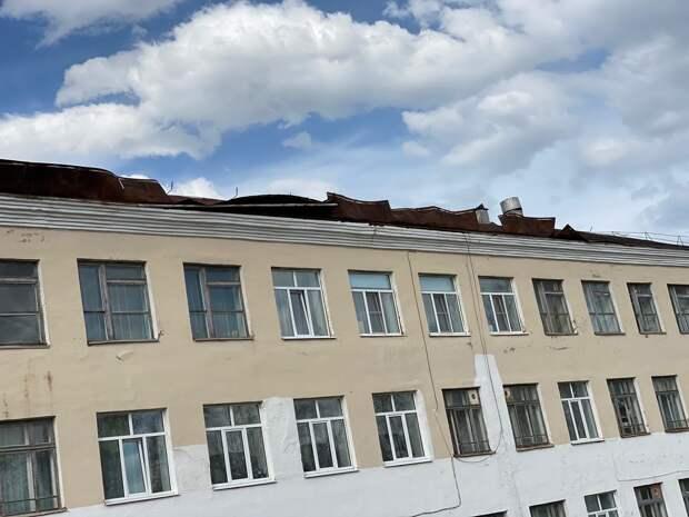 Сильный ветер едва не унес крышу школы в Можге