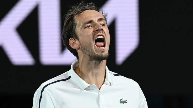 «Закрой рот». Медведев поспорил с фанатами во время матча против Гарина