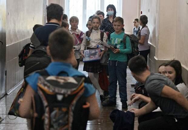 «Техника безопасности? Не слышали». Школьники в Колпино учат английский валетом, а на физре бегают по коридору