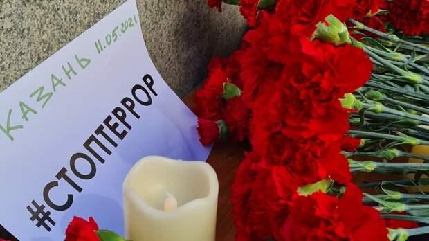 Глава СК РФ Бастрыкин возложил цветы на месте трагедии в Казани