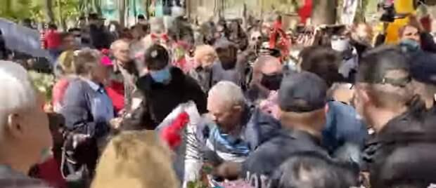 Одесская полиция стала избивать пенсионеров на шествии в честь Дня Победы