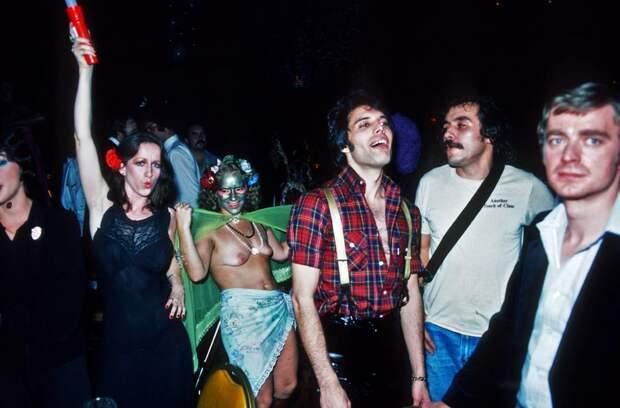 Гулянки, которым позавидовал бы сам дьявол! Как проходили дикие вечеринки Фредди Меркьюри.