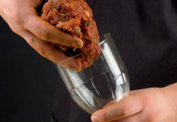 Засовываем фарш в пластиковую бутылку