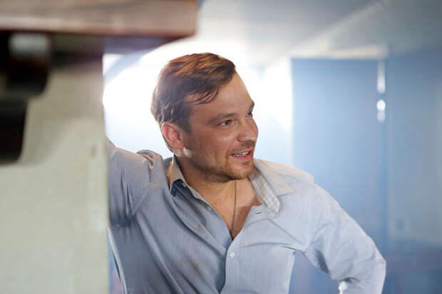 «Первые попытки создать семью — часто как рваные блины»: Алексей Чадов о жизни после развода, детстве и смене имени