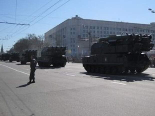 Военная техника протаранила ограждение на дороге в Москве
