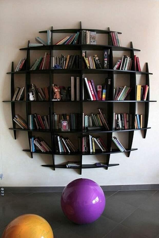 Прекрасный пример декорирования интерьера благодаря отличной настенной полки.