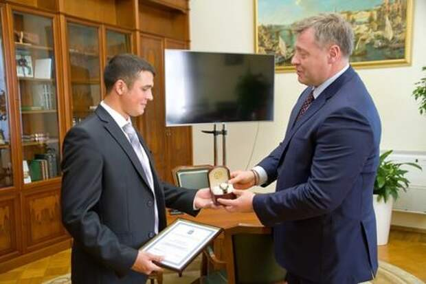 Стал героем: кардиолог спас пострадавшего в аварии и получил награду от мэра