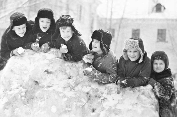 Три зимние забавы, которых многие современные дети не знают. Взрослые считают — ради безопасности!