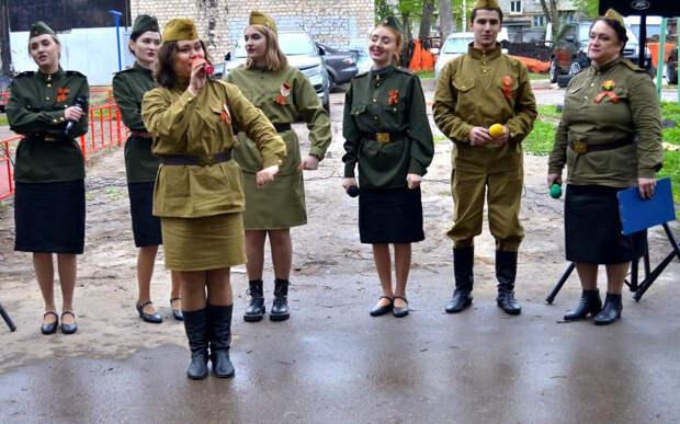 В День Победы артисты исполнили в рязанских дворах военные песни