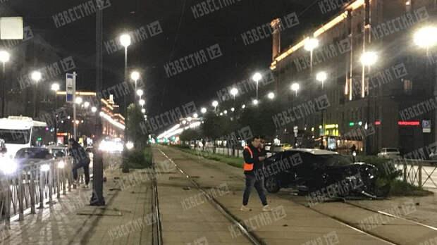 Лихач снес забор в Петербурге и парализовал движение трамваев