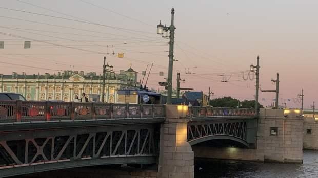 Дворцовый мост в Петербурге украсят цветами Евро-2020 в дни матчей
