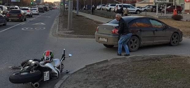 На Алтуфьевском шоссе мотоциклист столкнулся с автомобилем