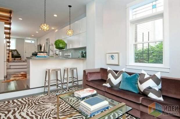 Акцент на ковре «под зебру» вполне уместен в современном интерьере, дизайн: Michelle Miller Interiors