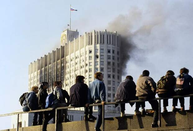 Москвичи наблюдают за обстрелом Белого дома  4 октября 1993 года