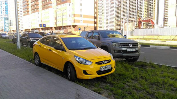 За парковку на газоне назначат штраф в 5 тыс. рублей