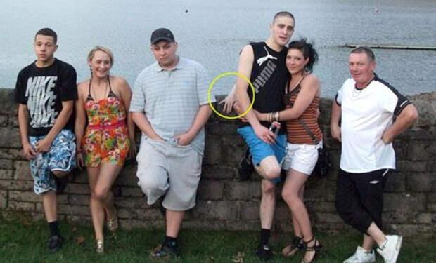 На семейном фото обнаружили странную руку, которая вылезла позади людей