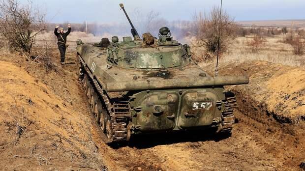 Боец ВСУ и бронетехника были замечены у линии соприкосновения в Донбассе