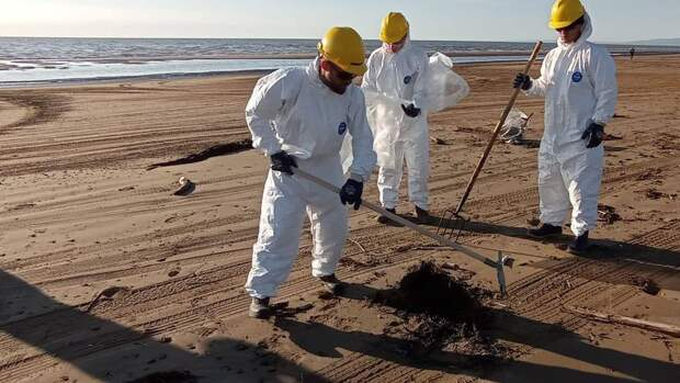 Сахалинский губернатор держит на контроле  очищение прибрежной зоны от нефтепродуктов