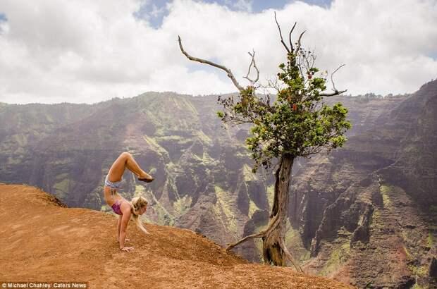 Йога на фоне достопримечательностей