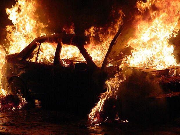 Трое парней в масках подожгли машину в Химках и сняли все на телефон