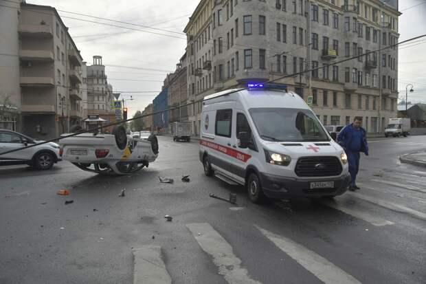 Камеры на Каменноостровском сняли, как такси опрокинулось на крышу — без посторонней помощь